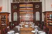 Bar and Billiard Room of Raffles Hotel, which was built in 1887 and has become Singapore's best known icon. ALMEYFFA1| 写真素材・ストックフォト・画像・イラスト素材|アマナイメージズ