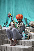 KANGRA DISTRICT, HIMACHAL PRADESH, INDIA, May 2017, Man on the streets playing music on musical intrument at McLeod Ganj ALMRB8PAY| 写真素材・ストックフォト・画像・イラスト素材|アマナイメージズ