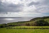Rolling green hills in rural pasture landscape of Ireland overlooking the sea. ALMF43KE8| 写真素材・ストックフォト・画像・イラスト素材|アマナイメージズ