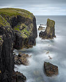 Long exposure looking down at a sea stack and the cliff edge at the Butt of Lewis on a stormy day, Isle of Lewis, Outer Hebrides, Scotland, UK ALMT2GMJ7| 写真素材・ストックフォト・画像・イラスト素材|アマナイメージズ