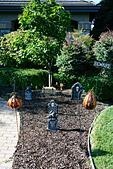 Halloween decorated front garden in the suburb of Petaluma, California, USA ALM2AXKDFP| 写真素材・ストックフォト・画像・イラスト素材|アマナイメージズ