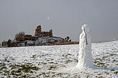 Hastings, East Sussex, UK, 27 Feb 2018. A snowman stands guard over Hastings Castle, in the snowy landscape at Ladies Parlour. ALMM60YEP| 写真素材・ストックフォト・画像・イラスト素材|アマナイメージズ