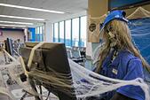 Detroit, Michigan - A Southwest Airlines gate agent on halloween at Detroit Metro Airport. ALMKPBC1J| 写真素材・ストックフォト・画像・イラスト素材|アマナイメージズ