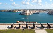 View across to the three cities from the saluting battery at the Upper Barracca Gardens, Valletta, Malta ALM2AF2FF1| 写真素材・ストックフォト・画像・イラスト素材|アマナイメージズ