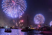 Family Fireworks Display over Sydney Opera House, Harbour Bridge and boats at anchor, New Year's Eve 2014, Sydney Australia ALMEEWDWC| 写真素材・ストックフォト・画像・イラスト素材|アマナイメージズ