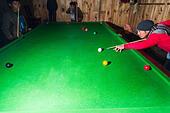 Local men playing pool billiard ALMF50MKG| 写真素材・ストックフォト・画像・イラスト素材|アマナイメージズ
