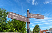 Signpost on the towpath of the Basingstoke Canal in Woking giving directions and pointing to nearby local destinations ALMWWPN89| 写真素材・ストックフォト・画像・イラスト素材|アマナイメージズ