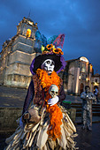A costumed lady with a corn husk skirt livens up the atmosphere near the cathedral in Oaxaca, Mexico. ALMCY7YMK| 写真素材・ストックフォト・画像・イラスト素材|アマナイメージズ