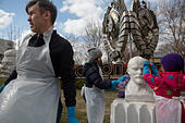 People take part in a volunteer clean-up annual spring event (Subbotnik) in Moscow's Muzeon Park in Moscow ,Russia ALMM6WGNG| 写真素材・ストックフォト・画像・イラスト素材|アマナイメージズ