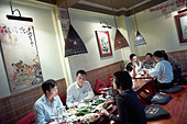 People eating at a restaurant in Vietnam called Highway 4 Restaurants. ALMCW6JWG| 写真素材・ストックフォト・画像・イラスト素材|アマナイメージズ