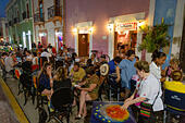 Mexico travel - tourists and local people eating outside at a street cafe, Campeche old town, Campeche Mexico Latin America ALMT94JHX| 写真素材・ストックフォト・画像・イラスト素材|アマナイメージズ