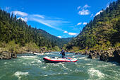 Rafting on the Rogue River in southern Oregon. ALMPJKG73| 写真素材・ストックフォト・画像・イラスト素材|アマナイメージズ