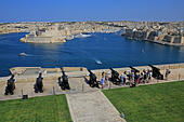 The Saluting Battery, with the Three Cities beyond, in Valletta, Malta ALMJGRTYT| 写真素材・ストックフォト・画像・イラスト素材|アマナイメージズ