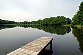 Large trowel, Germany, bridge on a small lake ALMD1CYNP| 写真素材・ストックフォト・画像・イラスト素材|アマナイメージズ