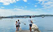 Father and his sons fishing. ALMT7P0NH| 写真素材・ストックフォト・画像・イラスト素材|アマナイメージズ