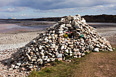 This cairn is a memorial to the dead, flowers have been placed to remember people's dead mothers on Mother's Day. DAVID MANSELL ALMBWN1HK| 写真素材・ストックフォト・画像・イラスト素材|アマナイメージズ