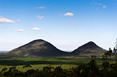 Tunbubudla known as The Twins, part of the Glasshouse Mountains in the Beerburrum Forest Reserve, Queensland, Australia ALMD33MFA  写真素材・ストックフォト・画像・イラスト素材 アマナイメージズ