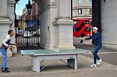 London, England, United Kingdom. Two men enjoy a ping-pong contest at the foot of Marble Arch. ALMR18JK1| 写真素材・ストックフォト・画像・イラスト素材|アマナイメージズ
