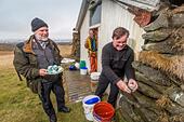 Eating fresh Guillemot Eggs, Ingolfshofdi, Iceland. Guillemot Eggs collected from the cliffs, Ingolfshofdi, Iceland. ALMH52BA2| 写真素材・ストックフォト・画像・イラスト素材|アマナイメージズ