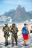 RIO DE JANEIRO - FEBRUARY 16, 2017: Brazilian Army soldiers patrol the boardwalk at Ipanema Beach with rifles to provide security during police strike. ALMM0BTW4| 写真素材・ストックフォト・画像・イラスト素材|アマナイメージズ