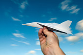 mans hand holding paper airplane with blue sky background ALMBTC22G  写真素材・ストックフォト・画像・イラスト素材 アマナイメージズ