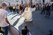 Bride in wedding dress posing for pictures at Piazza Navona square, Rome, Italy ALMF4C7PC| 写真素材・ストックフォト・画像・イラスト素材|アマナイメージズ