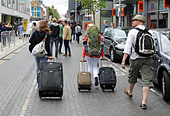 Travellers with pull luggage walking through Brighton city centre Uk ALMC3NH3X| 写真素材・ストックフォト・画像・イラスト素材|アマナイメージズ