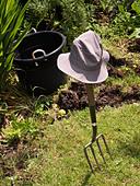 A break from weeding in the garden. ALMD4GE1Y| 写真素材・ストックフォト・画像・イラスト素材|アマナイメージズ