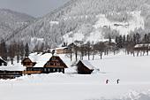 Austria, Styria, People skiing on snowy landscape ALMCRXRG1  写真素材・ストックフォト・画像・イラスト素材 アマナイメージズ