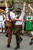 Morris Dancers From Seven Champions Performing At The John Harvey Tavern In Lewes During The Annual Folk Festival, Lewes, UK ALMF3XNKC| 写真素材・ストックフォト・画像・イラスト素材|アマナイメージズ