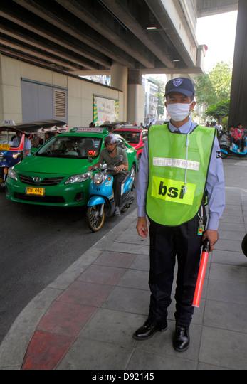 Thailand, Southeast Asia, Thai, Bangkok, Pathum Wan, Rama 1 Road, security guard, traffic control officer, face mask, sightseeing visitors travel trav ALMD92145| 写真素材・ストックフォト・画像・イラスト素材|アマナイメージズ