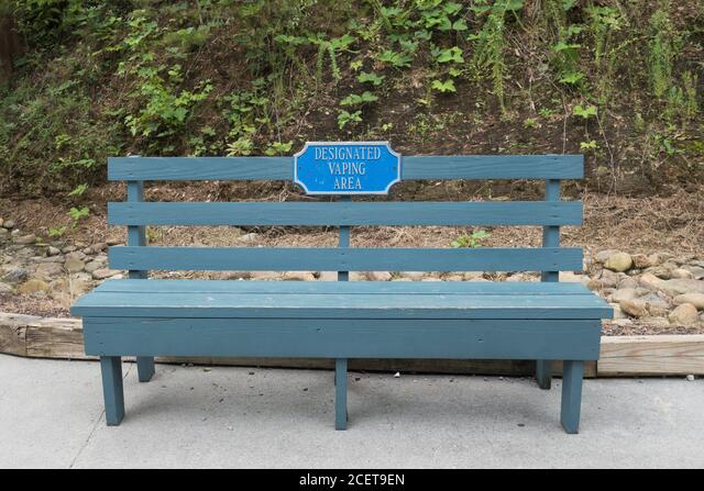 A bench marked as a designated vaping area, at Dollywood in Pigeon Forge, TN, USA. ALM2CET9EN| 写真素材・ストックフォト・画像・イラスト素材|アマナイメージズ