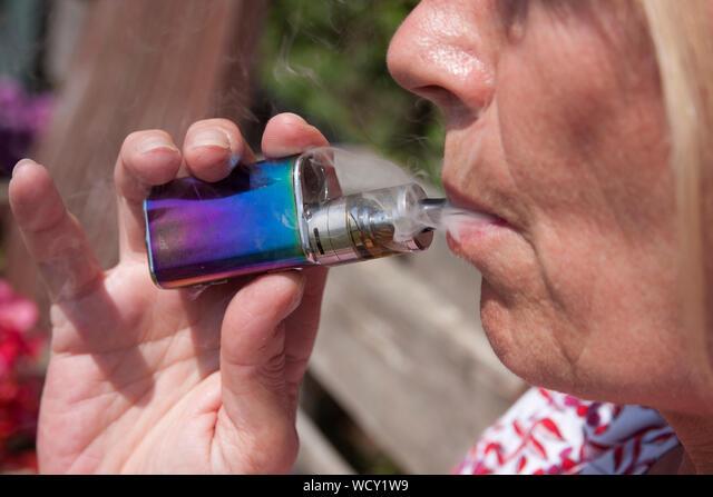 woman vaping electronic cigarette ALMWCY1W9| 写真素材・ストックフォト・画像・イラスト素材|アマナイメージズ