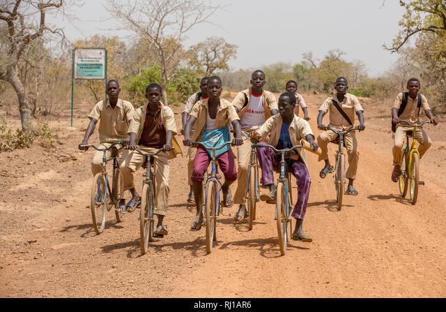 Yako Province, Burkina Faso; Boys return from school near Samba. ALMRJ1AR6  写真素材・ストックフォト・画像・イラスト素材 アマナイメージズ