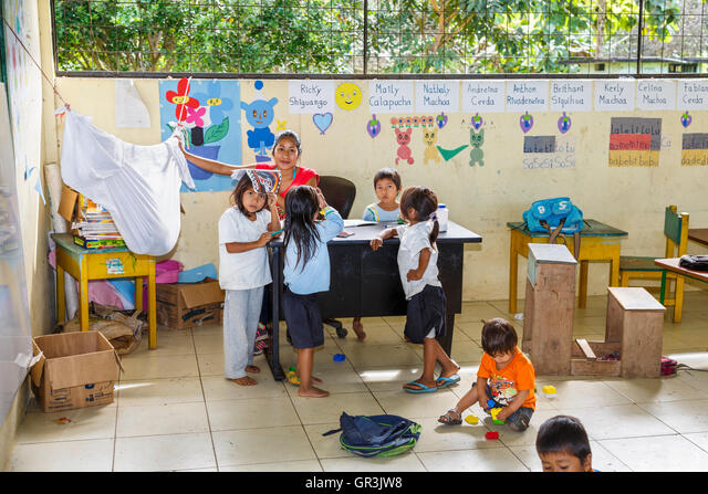 Indigenous Lifestyle: Children and teacher in school classroom in the Pilchi Community on the Napo River (an Amazon tributary), Ecuador, South America ALMGR3JW8  写真素材・ストックフォト・画像・イラスト素材 アマナイメージズ