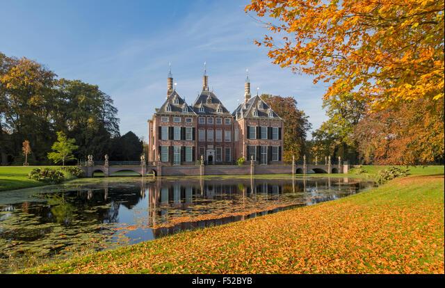 Autumn splendor at Duivenvoorde Castle, Voorschoten, South Holland, The Netherlands. Set in an English landscape park. ALMF52BYB| 写真素材・ストックフォト・画像・イラスト素材|アマナイメージズ
