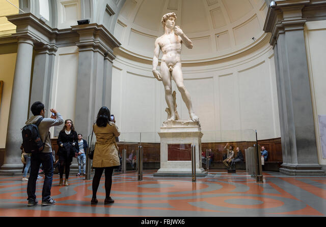 Florence. Italy. Tourists visit Michelangelo's statue of David at the Galleria dell'Accademia museum. Gallery of the Academy of Florence. ALMFBJWX6  写真素材・ストックフォト・画像・イラスト素材 アマナイメージズ