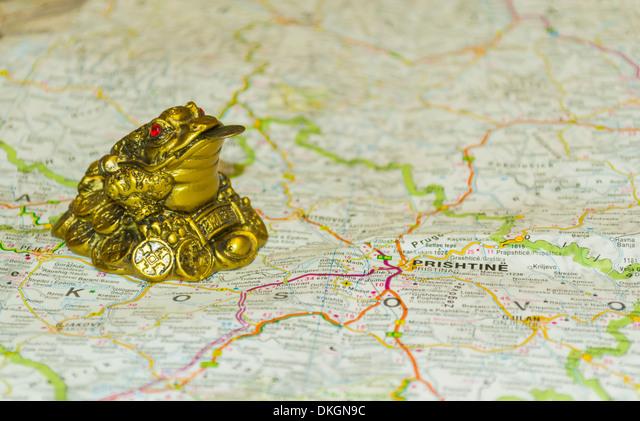 Money toad on map pointing to Pristina, capital of Kosovo ALMDKGN9C| 写真素材・ストックフォト・画像・イラスト素材|アマナイメージズ