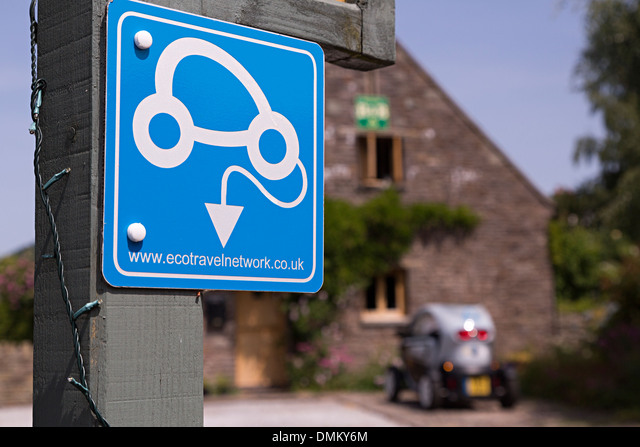 Eco travel network sign with ecological car in background, Talgarth, Wales, UK ALMDMKY6M  写真素材・ストックフォト・画像・イラスト素材 アマナイメージズ