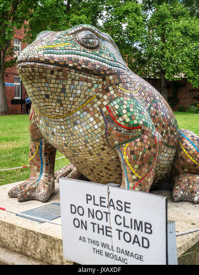Mosaic Toad Sculpture and Please Do Not Climb on the Toad Sign in Museum Gardens Hull Yorkshire England ALMJXAXDF| 写真素材・ストックフォト・画像・イラスト素材|アマナイメージズ