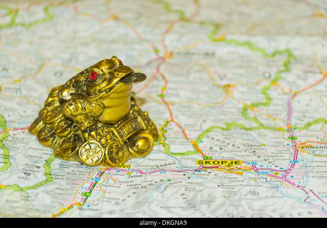 Money toad on map pointing to Skopje, capital of Macedonia (FYROM) ALMDKGNA9| 写真素材・ストックフォト・画像・イラスト素材|アマナイメージズ