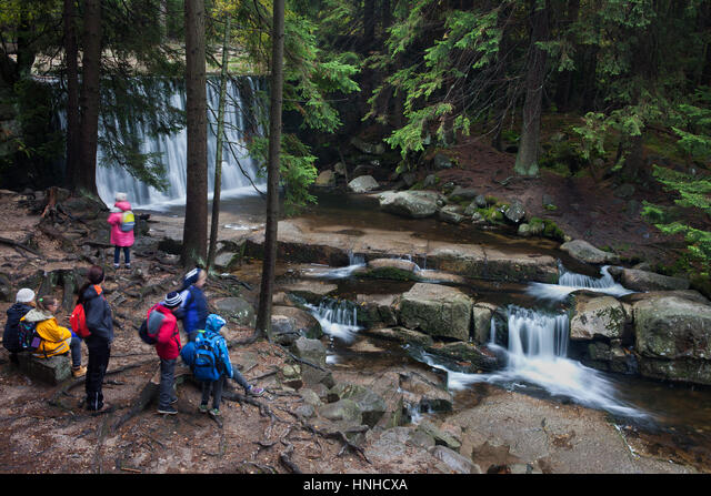 Group of school children on a trip watching and admiring waterfall n Karkonosze National Park, Sudety Mountains, Karpacz, Poland, Europe ALMHNHCXA  写真素材・ストックフォト・画像・イラスト素材 アマナイメージズ