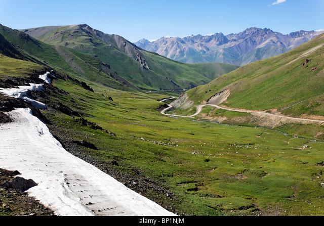 Kyrgyzstan - road winding through mountainous central Kyrgyzstan ALMBP1NJM| 写真素材・ストックフォト・画像・イラスト素材|アマナイメージズ