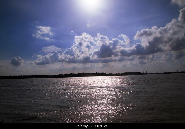 Sunny day on a calm river in summer ALM2CC07HW| 写真素材・ストックフォト・画像・イラスト素材|アマナイメージズ