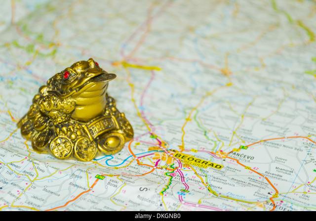 Money toad on map pointing to Belgrade, capital of Serbia ALMDKGNB0| 写真素材・ストックフォト・画像・イラスト素材|アマナイメージズ