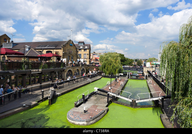 Canalside Bar and Camden Lock on the Regent's Canal in August 2011 when it was infested with green duckweed, North London, UK ALMC738RA| 写真素材・ストックフォト・画像・イラスト素材|アマナイメージズ