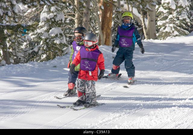 Kids ski school instructor and students, Winter Park Resort, Colorado, USA ALMC39A13  写真素材・ストックフォト・画像・イラスト素材 アマナイメージズ