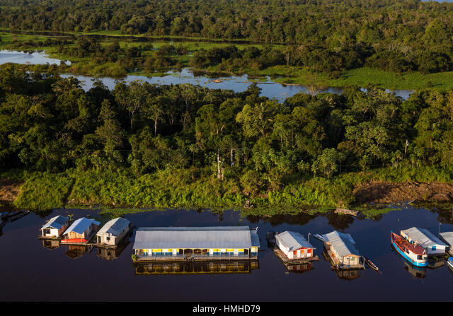 A floating community including a school (bottom middle) near Manaus in the Amazon, Brazil on the Rio Negro (Black River). The Rio Negro and the Amazon ALMHMHD79  写真素材・ストックフォト・画像・イラスト素材 アマナイメージズ
