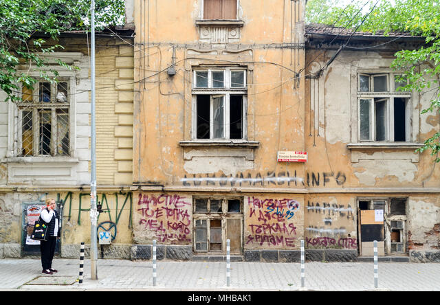 Street life in Sofia, woman on a phone, Bulgaria ALMMHBAK1| 写真素材・ストックフォト・画像・イラスト素材|アマナイメージズ
