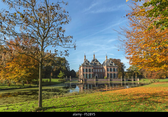 Fall colors at Duivenvoorde Castle, Voorschoten, South Holland, The Netherlands. Build in 1631 and with English landscape park. ALMF52BY5| 写真素材・ストックフォト・画像・イラスト素材|アマナイメージズ